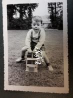 PHOTO JEUNE GARCON ENFANT JOUET EN BOIS CAMION - Personnes Anonymes