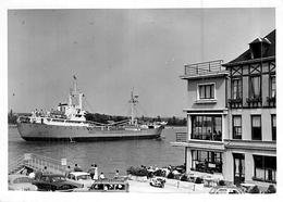 """Photo Ancienne Bateau """" Saldum """" S A Neerlandeo Française De Navigation Rotterdam Delmas 1957 La Pallice 1964 """"Barrier """" - Bateaux"""