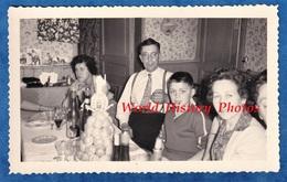 Photo Ancienne Snapshot - Portrait Famille 1959 Fête Communion Enfant Homme Femme Garçon Gateau Piece Montée Deco Decor - Foto