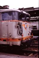 Photo Diapo Diapositive Slide Train Wagon Locomotive Electrique SNCF BB 8561 à Paris Gare De Lyon En 1991 VOIR ZOOM - Diapositives (slides)