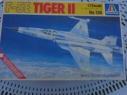 Maquette Avion Militaire--en Plastique-1/72.- Italeri Ref  136 TIGER II  F-5 E - Airplanes