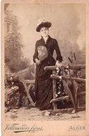 V05x  Photo Cabinet Femme Belle Robe Chapeau Ombrelle éventail Photographe Vollenweider à Alger - Photographs