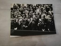 17202    PHOTO  DE PRESSE 24X18CM  1-9-1981 CHERBOURG  CHARLES HERNU ET L AMIRAL PIERRE De GAULLE - Sin Clasificación