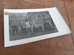 MAENNER IN DEUTSCHLAND DAZUMAL - OFFIZIERE SOLDATEN MIT ZIGARREN UNd HUENDCHEN IN POSE - AUSZEICHNUNG - Guerra, Militares