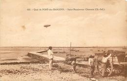 17 SAINT-NAZAIRE-SUR-CHARENTE. Ostréiculteurs Sur Le Quai De Port-des-Barques Chargeant Leur Charrette Avec Dirigeable - France