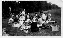 Grande Photo D'hommes Et De Femmes Mangeant Sur L'herbe A La Campagne En écoutant Un Gramophone - Personnes Anonymes