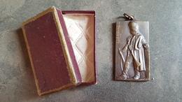 Medaille In Etui Gedenkteken Der Rijkswacht Monument De La Gendarmerie (ets Jules Fonson Bruxelles) E De Bremaecker 1947 - België