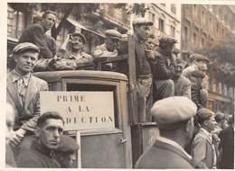 GREVE DES OUVRIERS DU BATIMENT A PARIS , JUIN 1947 DEVANT LA BOURSE DU TRAVAIL - Métiers