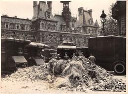 GREVE GENERALE  D'UNE HEURE, 19 JUIN 1948, DEVANT L'HÔTEL DE VILLE DE PARIS LES CANIONS DEPOSE LEURS CHARGEMENT DE L'HÔT - Photos