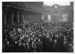 GREVE DES FONCTIONNAIRES  PARIS LE 12/12/1945 DANS LA COUR DE LA GARE DU NORD - Photos