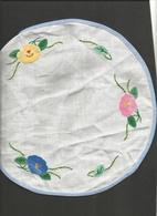 1 Napperon Tissu Liseron Bleu , Fleurs Brodées ,Diamètre 25 Cm - Habits & Linge D'époque