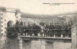 CPA 17 ILE MADAME - Les Disciplinaires à La Sortie Du Fort Sur Le Pont-Levis - Belle Animation - Francia