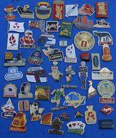 JOLI LOT DE 50 PIN'S DIFFERENTS  N° 21 - Badges