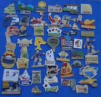 JOLI LOT DE 50 PIN'S DIFFERENTS  N° 22 - Badges