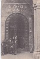 STUDENTI MILITARI POLACCHI DAVANTI LA PORTA DELLA UNIVERSITA DI BOLOGA. ITALIE CPSM CIRCA 1950's NON CIRCULEE -LILHU - Bologna