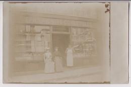 CARTE PHOTO : EPICERIE - VINS - COMESTIBLES - VITRINE COGNAC & MACHENAUD RHODIUS ( BRASSERIE D'ANGOULEME ) - 2 SCANS - - Postcards