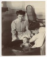 PHOTO ANCIENNE Bébé Bassine Toilette Se Laver Femme Mère Vers 1900 Coiffure Regard Prendre Un Bain - Supplies And Equipment