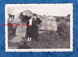 Photo Ancienne Snapshot - SAINT MICHEL Sur ORGE - Portrait Couple Prés D'un Rocher à Situer - 15 Aout 1937 - Costume - Foto