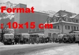 Reproduction D'une Photographie Ancienne De Bus Et Touristes En Transit à Frutigen En Suisse En 1946 - Repro's