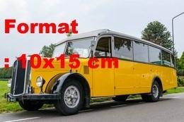 Reproduction D'une Photographie Ancienne D'un Bus Saurer L4C Au Bord D'une Routeen Suisse Années 50 - Repro's