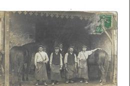 CARTE PHOTO   GROUPE HOMME ET CHEVAUX   MARECHAL FERRANT  PINCE ET FER A CHEVAL DANS MAINS  GROS PLAN - Postcards
