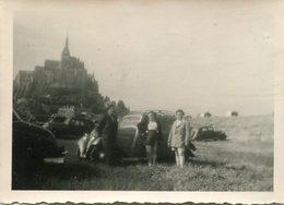 Photo D'une Famille Posant A Coté De Leurs Ancienne Voiture Sur L'ancien Parking Du Mont-Saint-Michel - Auto's