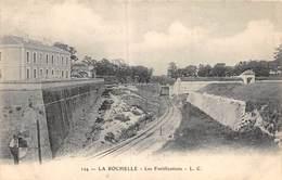 PIE-20-FD-611 : LA ROCHELLE. FORTICATIONS. LIGNE DE CHEMIN DE FER. EDITION L. C. - La Rochelle