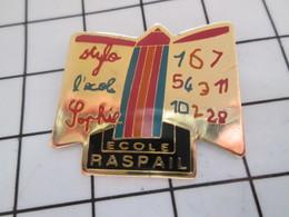 516A Pin's Pins / Beau Et Rare / THEME : ADMINISTRATIONS / LIVRE STYLO CAHIER ECOLE RASPAIL SOPHIE - Administración