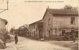Cpa LA BENISSONS DIEU 42 La Rue De La Tuilerie - Voiture FAVARD, Économats Du Centre, Café Dury (  La Petite Camargue ) - France