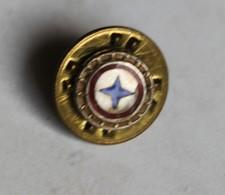 à Identifier Décoration Militaire ? Insigne ? Croix Bleu à 4 Branches Sur Fond Blanc Entouré De Rouge - Abzeichen & Ordensbänder