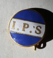 à Identifier Bel Insigne émaillée I. P. S. Blanc Sur Fond Bleu - Abzeichen & Ordensbänder