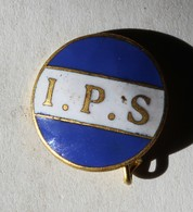 à Identifier Bel Insigne émaillée I. P. S. Blanc Sur Fond Bleu - Insignes & Rubans