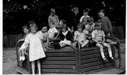 Carte Photo De Jeune Filles Et Jeunes Garcon Souriant Assis Sur Un Manège Dans Un Square - Personnes Anonymes