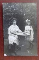 Carte Photo Femme - Fille - Chien - Table Métal - Personnes Anonymes