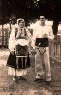 Carte-Photo - COUPLE Costumé … ( Légende Photographe Au Dos) - Serbie