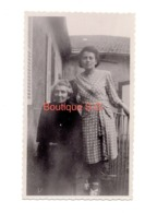 Photo Femme Robe Cours Jardin Maison 11x7 Cm - Personnes Anonymes