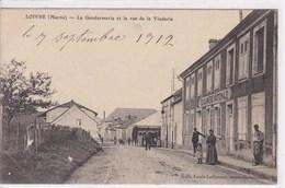 51 LOIVRE La Gendarmerie Et Rue Dela Vinderie ,façade Gendarmerie , Manège Forain  Circulée En 1912 - Autres Communes