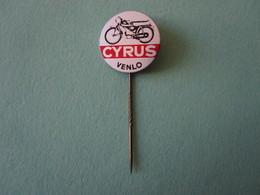 CYRUS Vélomoteur Pin Lapel Button Badge - Moto Motor Motorcycle Motorbike Motard - Motorfietsen