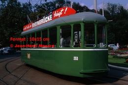 Reproduction D'une Photographie D'untramway Vert Avec Publicité Rheinbrucke à Bâle En Suisse En 1965 - Reproductions