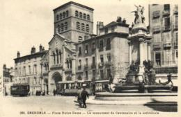 E 0395 - Grenoble (38) Place Notre Dame    Le Monument Du Centenaire Et La Cathedrale - Grenoble