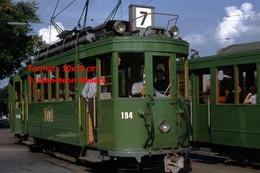 Reproduction D'une Photographie De Passagers Montant Dans Un Tramway Vert Ligne 7à Bâle En Suisse En 1965 - Reproductions