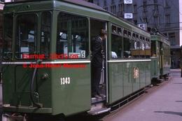 Reproduction D'une Photographie D'un Contrôleur Dans Un Tramway B.V.B Ligne 5 àBâle En Suisse En 1965 - Reproductions
