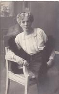 POLOGNE. RADOM ( ENVOYE DE) . CPA. CARTE PHOTO. PORTRAIT FEMME ASSISE. ANNEE 1910+ TEXTE - Polonia