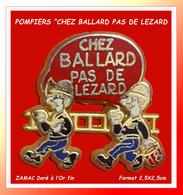 """SUPER PIN'S POMPIERS : """"CHEZ BALLARD PAS DE LEZARD"""" En ZAMAC Base OR  Signé BALLARD, Format 2,5X2,5cm - Firemen"""