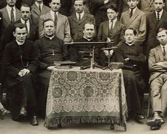 Ecole D'autrefois Carte Photo Jeunes Gens Avec Ecclésiastiques - Instruments Scientifiques / Optique / Louvain ? - Schools