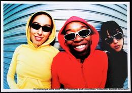 Trio Coloré, Un Garçon Et Deux Filles Avec Lunettes  Threesome One Boy And Two Girls With Colored Hoodies And Sunglasses - Couples