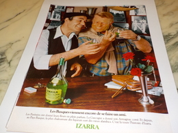 ANCIENNE  PUBLICITE LES BASQUES VIENNENT DE SE FAIRE UN AMI  LIQUEUR IZARRA 1978 - Alcools