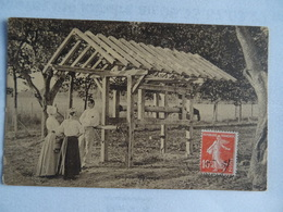CPA Propos Galants (un Homme Avec Deux Femmes Devant Une Construction En Bois) TBE - Postkaarten