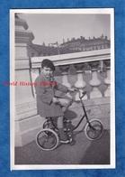 Photo Ancienne Snapshot - PARIS ? - Beau Portrait D'un Petit Garçon Sur Son Tricycle - Enfant Pose Mode Manteau - Foto