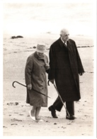 CPSM Yvonne Et Charles De Gaulle En Irlande Sur La Plage En 1969 TBE Photo J.P. Bonotte Gamma - Figuren